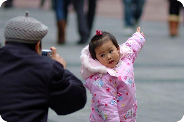 孩子教育儿童心理学 (微信号:haizijiaoyu ) 了解孩子心理,给孩子最好的! 有一天,和编辑一起聊天,他问我:周老师,您从教多年最大的感受是什么?我想了想,说:我最大的感受是好多孩子在被糟蹋。编辑笑着问:此话怎讲? 我说:很多父母会生不会养,把孩子扔给老人,很少陪伴孩子,孩子成了有父母的孤儿;还有很多家长不懂孩子,不知道孩子的心里在想什么,只是根据孩子表面的行为来判定孩子,孩子非常痛苦,或屈从、或尖叫、或哭泣、或逆反。可家长觉察不到孩子的痛苦,指责孩子不听话、任性。在这种时候