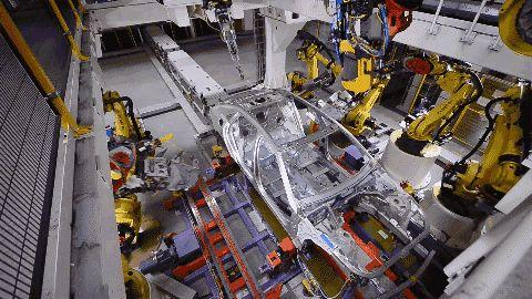 中国最牛汽车工厂,10个工人,386台机器人,年产16万辆美式旗舰轿车!