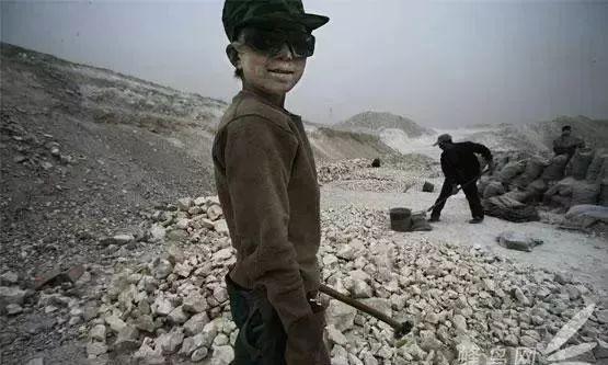 那时候各种非法小煤窑像田鼠一样一个个冒出来,窃取着国家的资产,而且