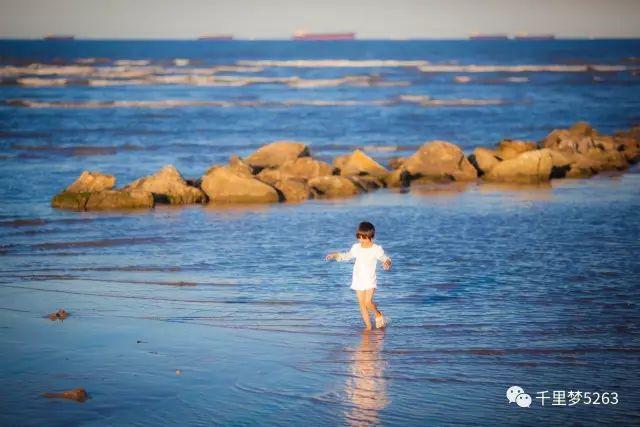 早晨看完日出,就是休闲的赶海时光,捡拾到小螃蟹,小贝壳的惊喜