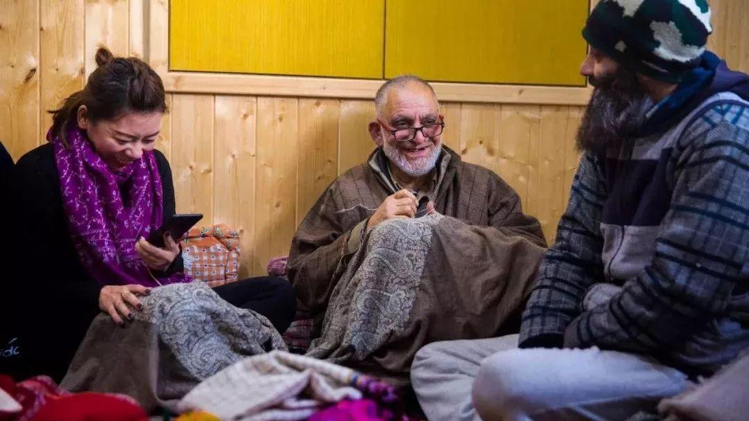 女主播年销手工围巾两万条:穿越克什米尔战火,外国快递破例打通空运