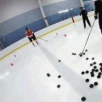 训练中的冰球运动员。。