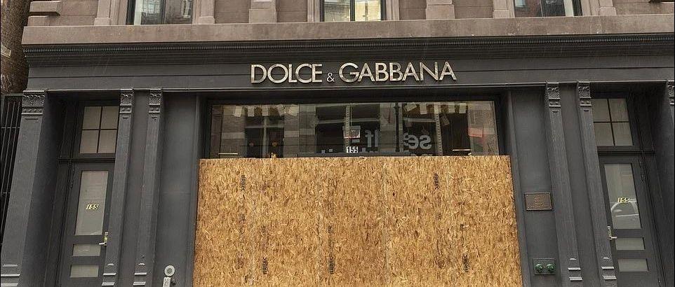迎接暴动!纽约商铺纷纷用木板封住门面,病毒感染摧毁了警局…市长还放出全部在押犯