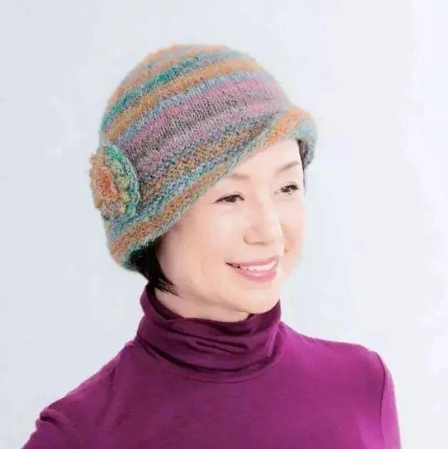 妈妈款彩色帽子编织,配上花朵显年轻,冬天戴上很保暖