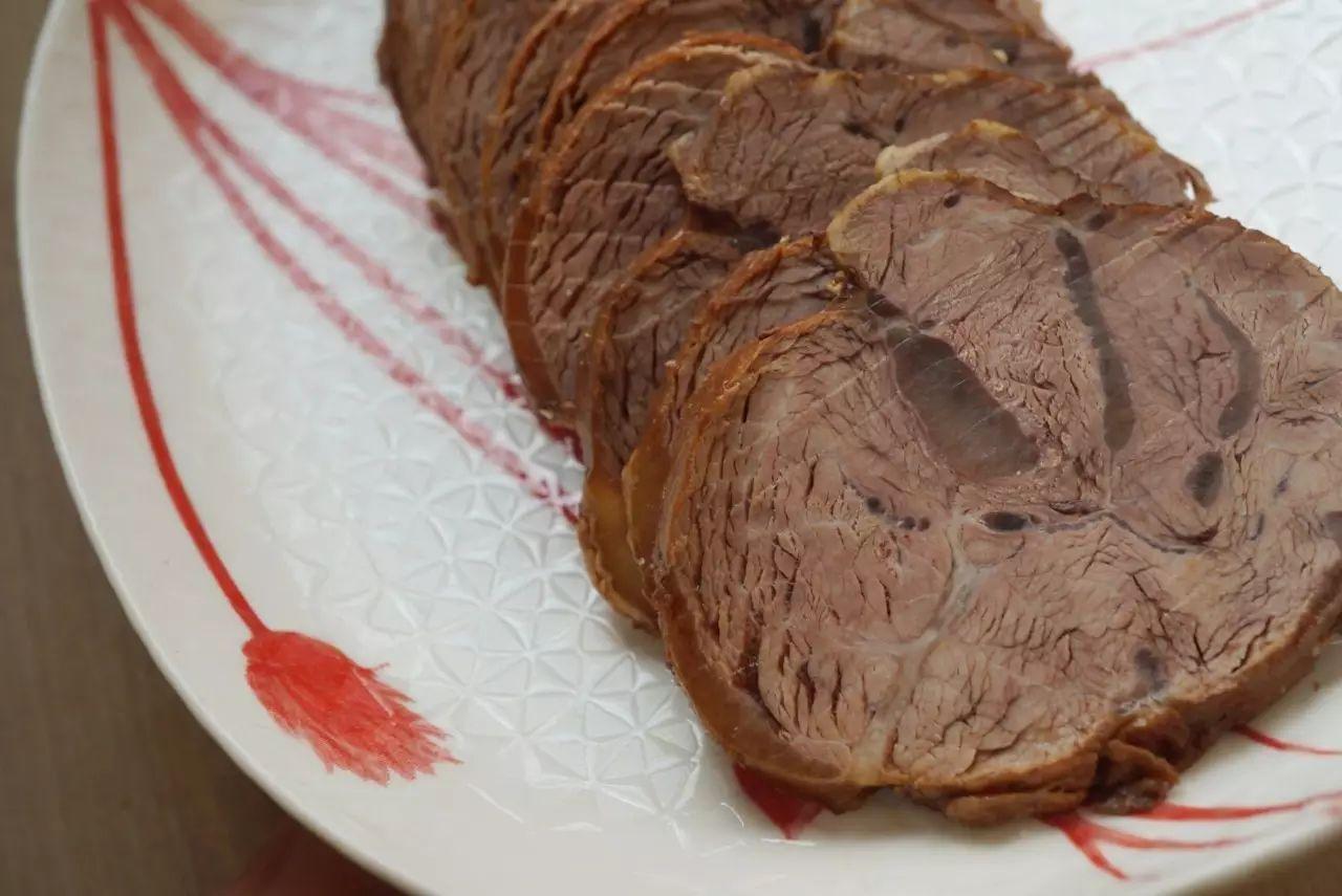 切开一条卤牛肉,香得令人无法忍受
