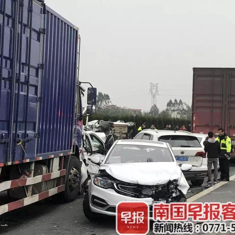 广西高速上8车连环追尾,司机朋友们开车注意安全!