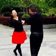 实拍双人舞广场舞《三步踩》,时尚又健身,快学习起来