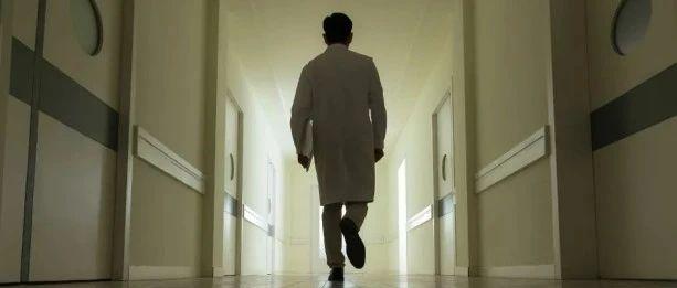 抗疫医生一个月接诊3000人,只因在家猝死不被认定是工伤