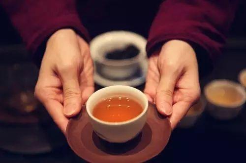 闻香杯_然后将茶汤分别倒入每个客人的闻香杯,茶道的程序茶斟七分满,表示