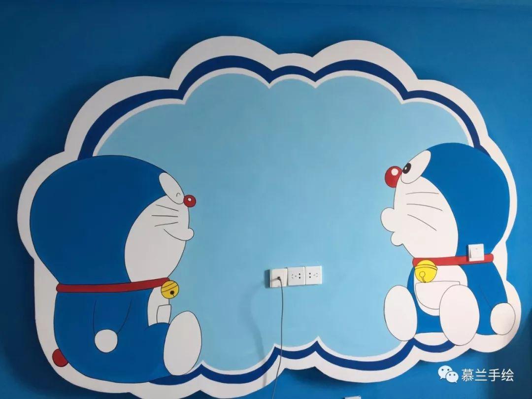 电视背景墙采用两只机器猫对视的造型,诙谐幽默