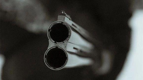 """他举枪对准好友脑袋,""""你猜这把枪打不打得响?"""""""