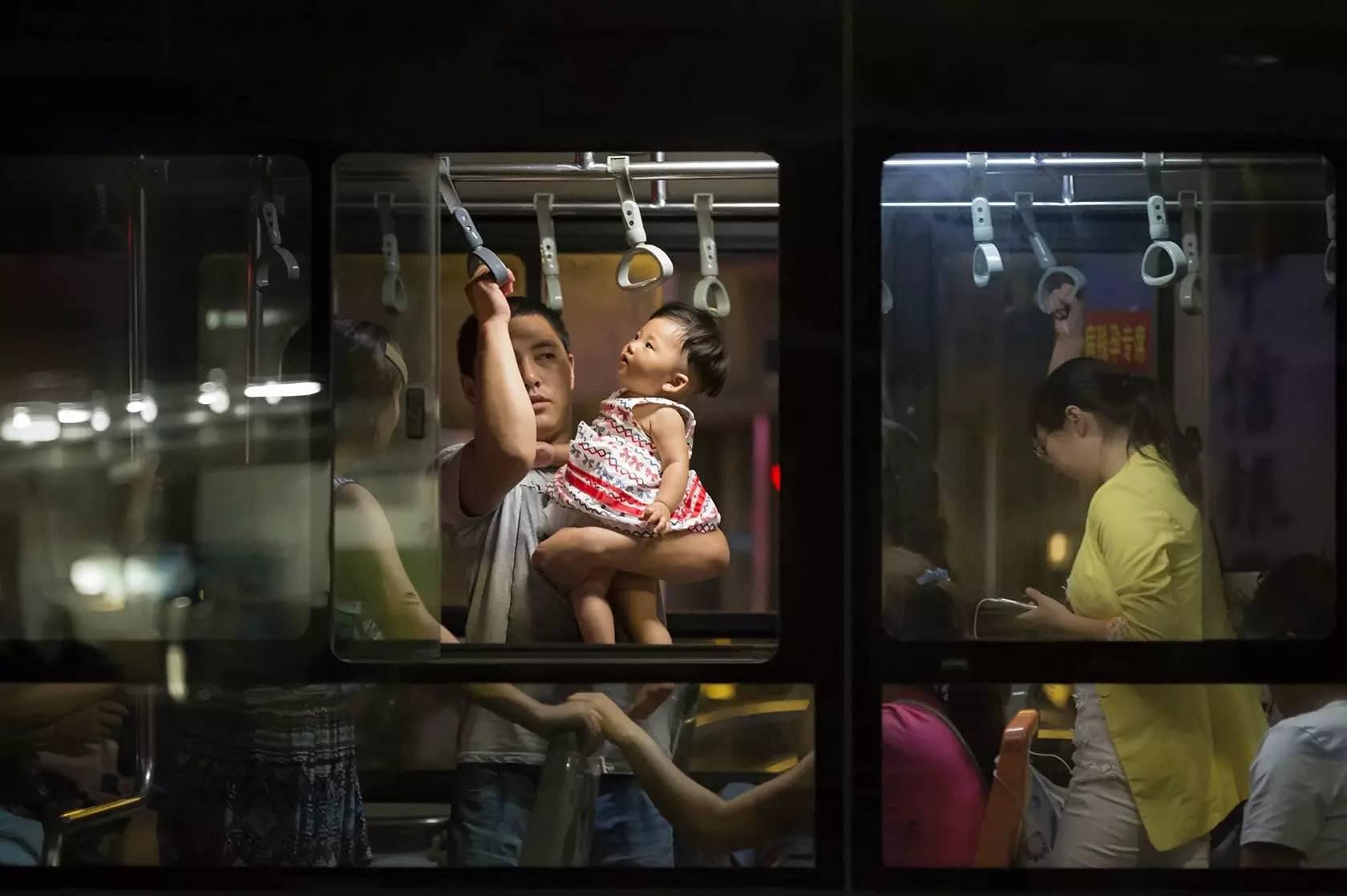 攝影師鏡頭下,中國城市公車上的眾生相。
