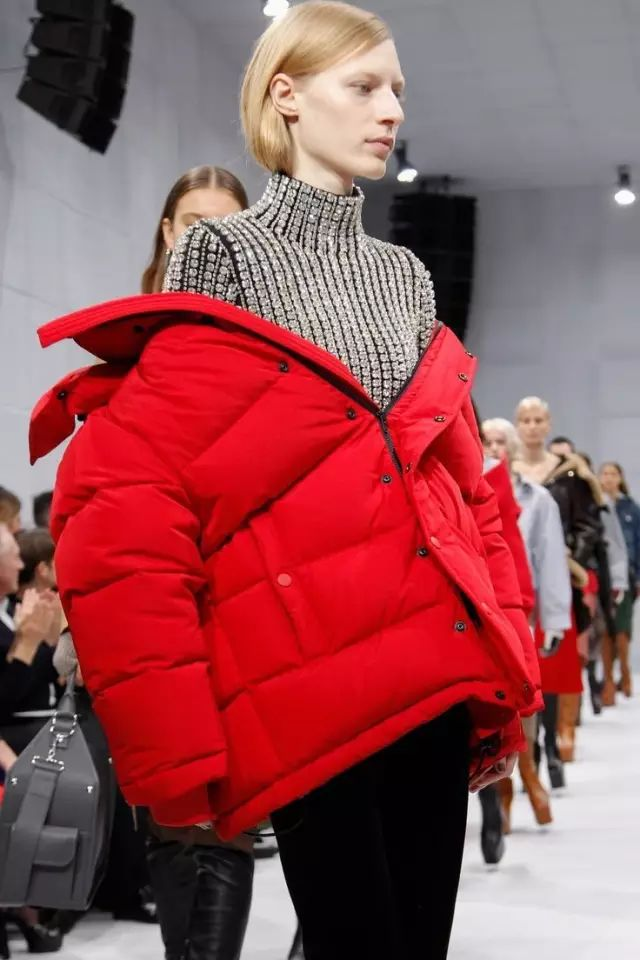 今年流行穿大一号 ,火了大半个时尚圈,买衣服就买大一号,穿上时髦到明年!