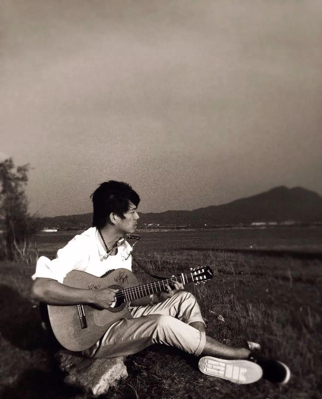 一個人需要活得多深情,才配聽他的歌?