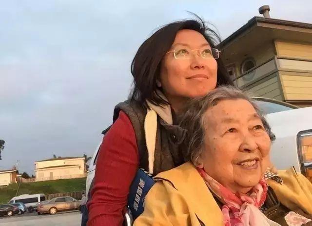 她帶著老年癡呆的媽媽玩了十幾個國家,其實最好的親情是陪伴