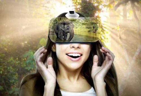 女子玩VR害怕抱狗壮胆  狗懵了