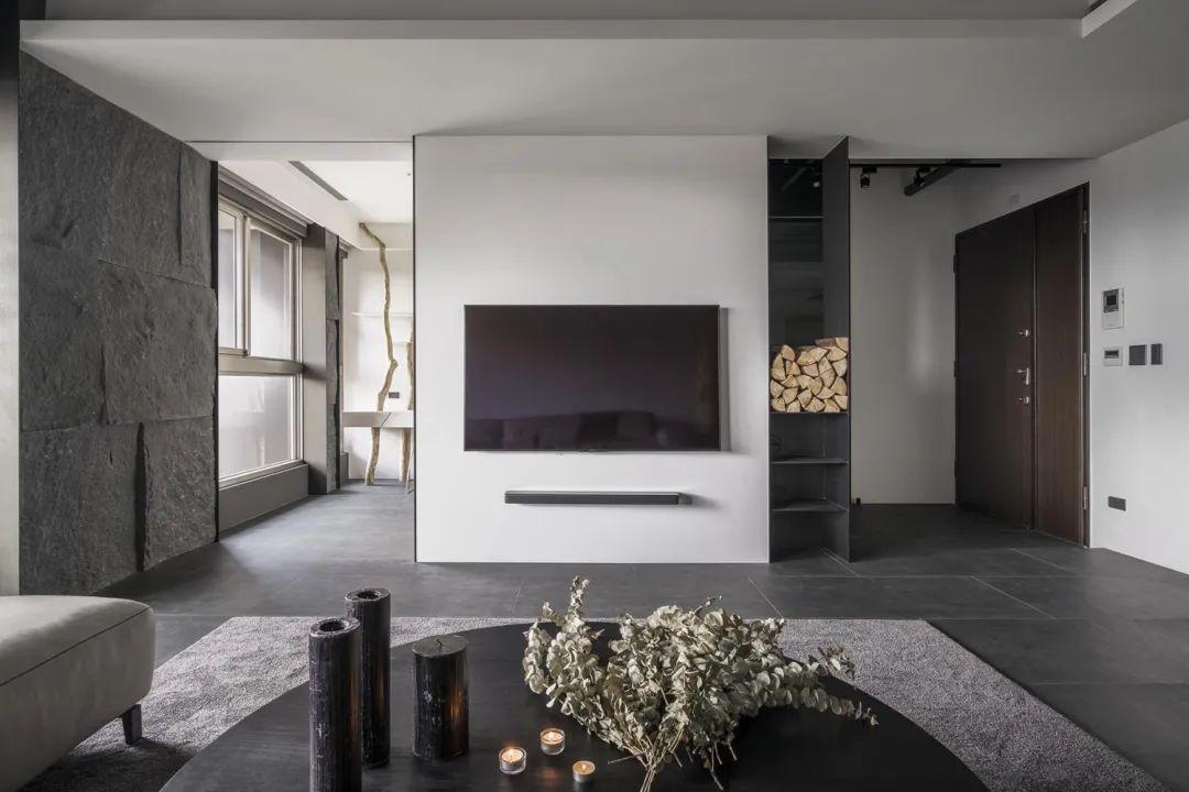 200㎡极简大平层,在空间加入比较多的原木质感元素,营造出一种别样优雅而舒适高级的居住氛围。