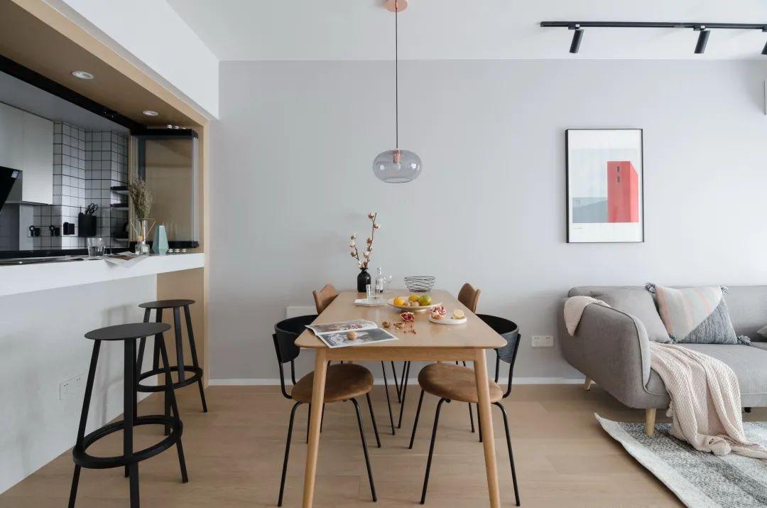 75㎡现代简约,在木色与白色的柜体搭配下,布置上灰色的简约质感家具,让空间充满轻松与舒适的气息