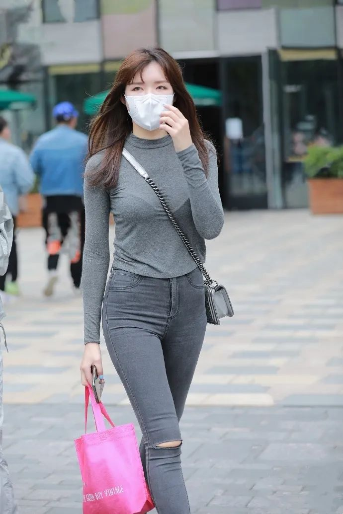 穿牛仔长裤的长发性感美女
