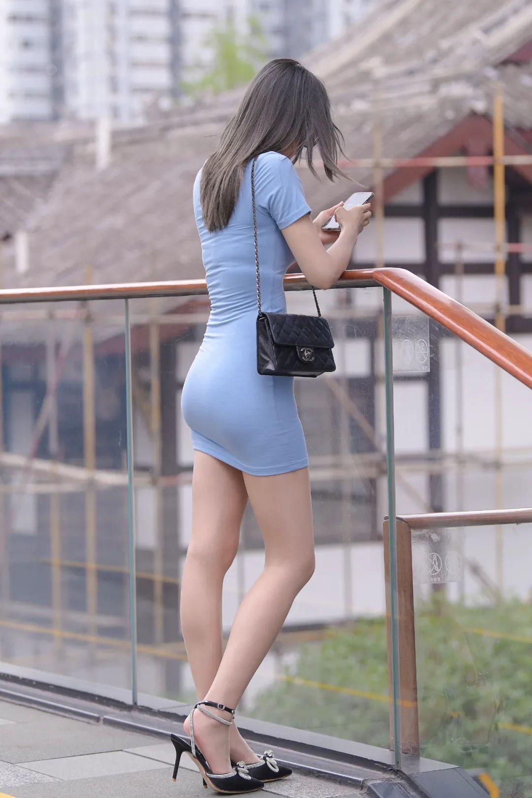 穿蓝色短裙,大长腿的性感靓丽美女