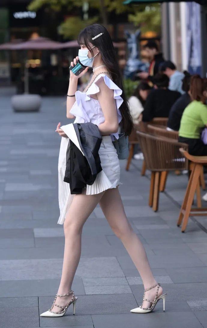 穿白短裙,美腿的性感长发美女