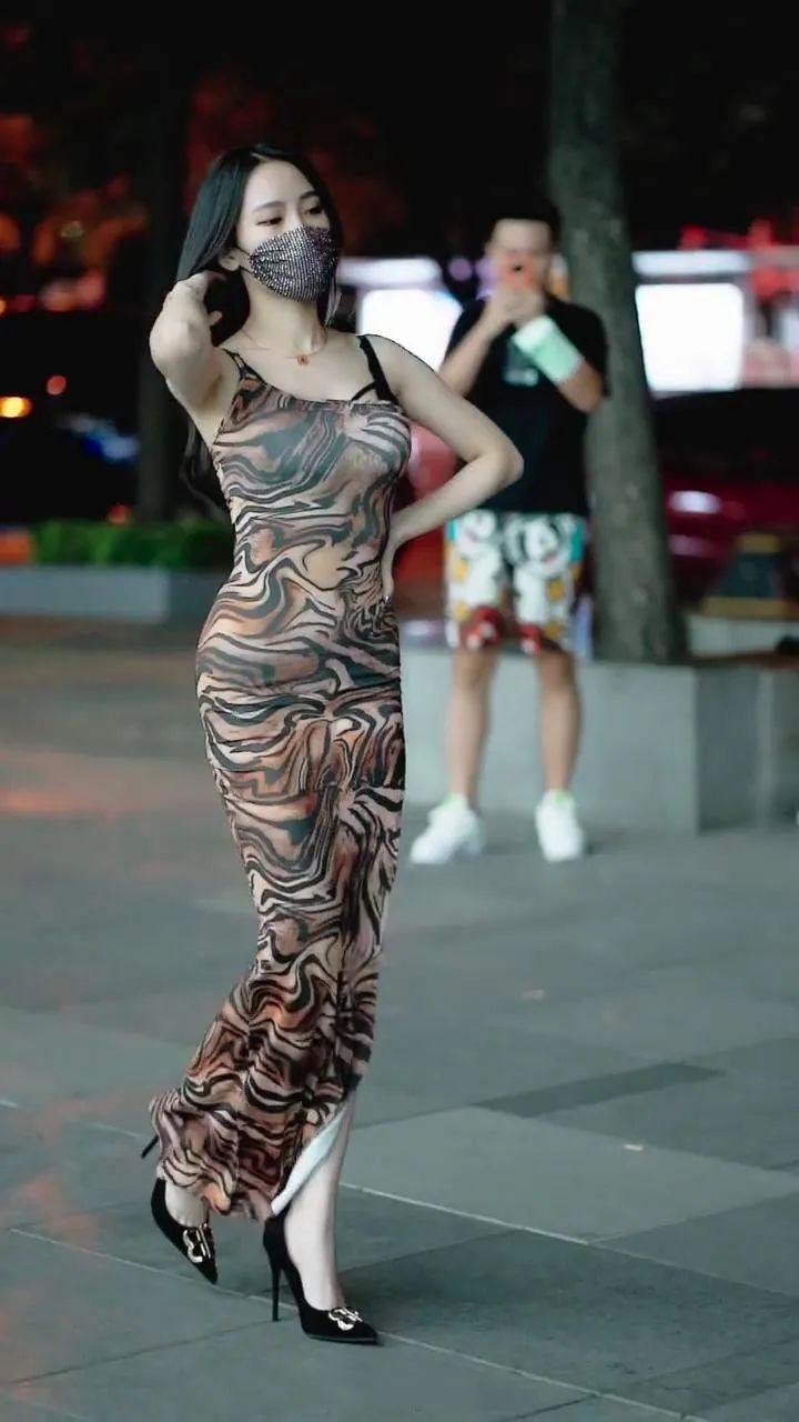 很美很动人,美腿的长发性感美女