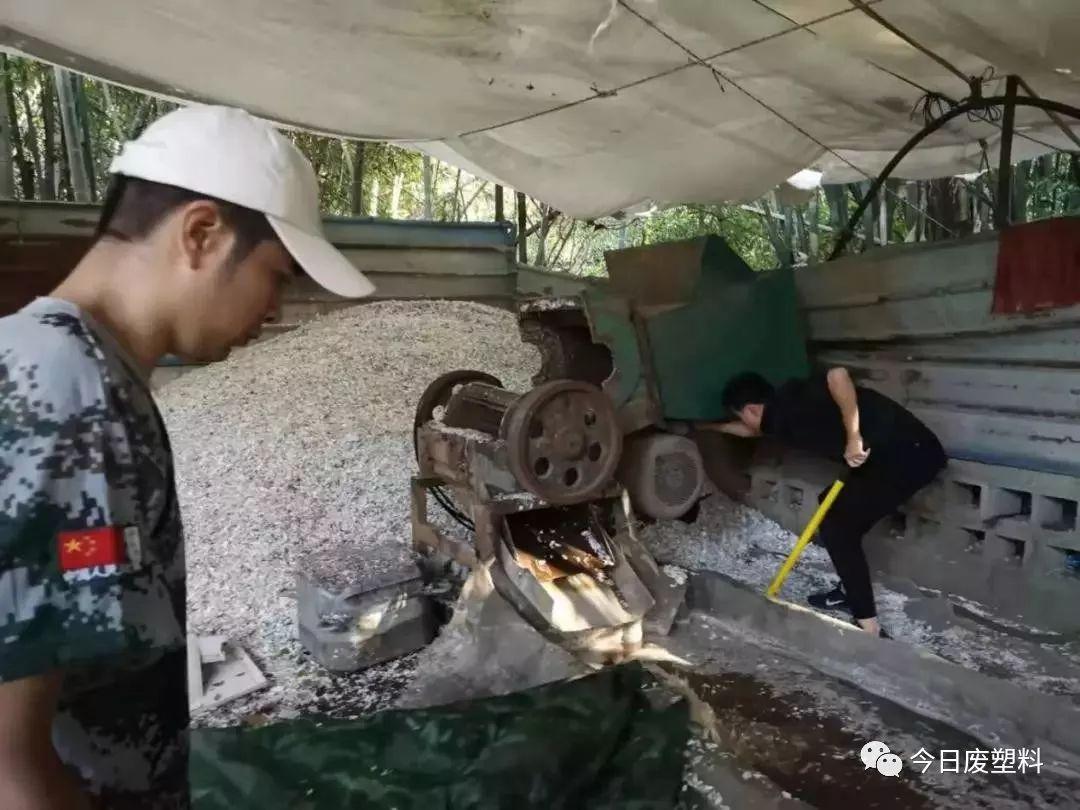 受环保打击之下,匿藏竹林里加工废塑料造粒,最终还是被取缔关停!