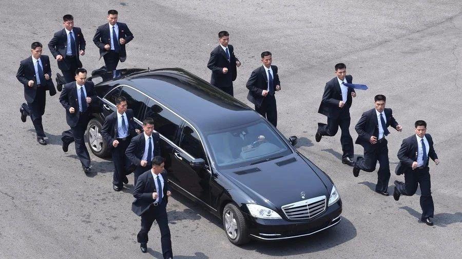 当金正恩坐在奔驰S系里笑时 其它各国领导们苟在什么车里?