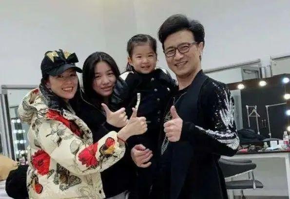 """汪峰带着女儿去做亲子鉴定,章子怡露出真面孔,她的""""好后妈""""人设崩了?"""
