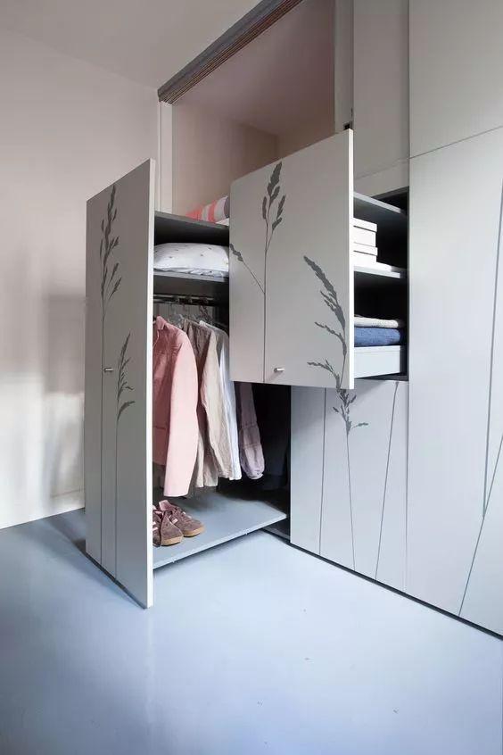 衣服太多不够放,她在衣柜上开了个洞,家里瞬间多出一间房!