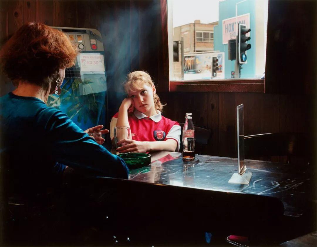 一个女人对另一个女人的观察,Hannah Starkey摄影作品 | 肖像