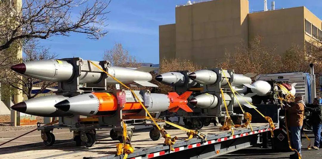 """美国敞篷卡车拉着一车""""核弹""""上路,引来美媒一顿猜测"""