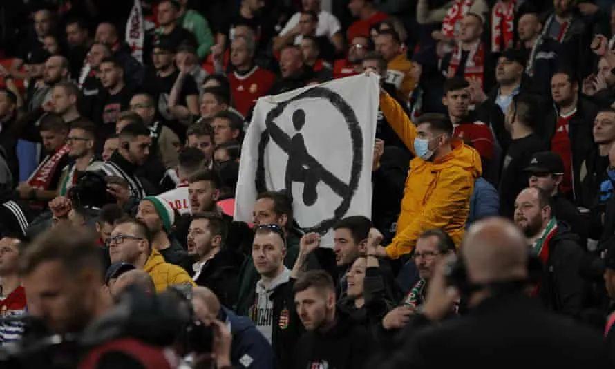 英国警察与匈牙利球迷爆发冲突,有球迷头部流血