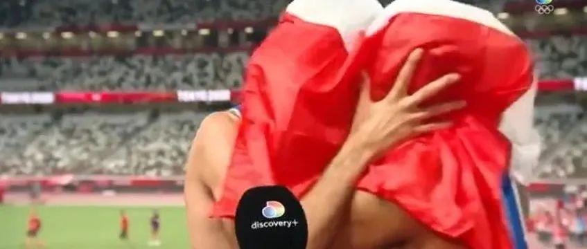 意大利帅哥运动员头盖国旗热情拥吻!网友:极致浪漫!