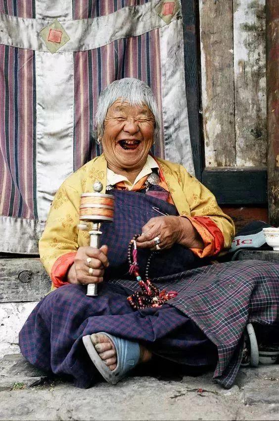 去了尼泊尔才知道:这里没寡妇,女人公开沐浴,一生结三次婚!