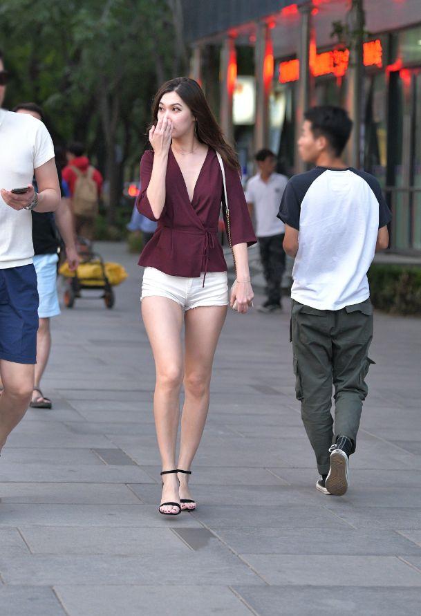 短裤高挑长发姐