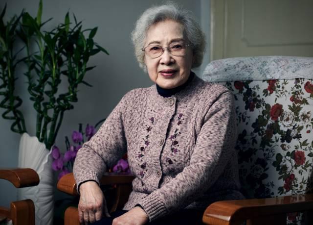 """周总理眼中的""""最美女性"""",中年丧夫,晚年丧子,身患绝症,如今96岁,不曾被岁月打倒!"""